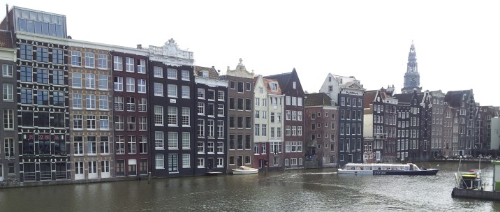 How awesome would it be to live on the bottom floors of one of those buildings? This is the canal that runs more or less perpendicular to the train station.