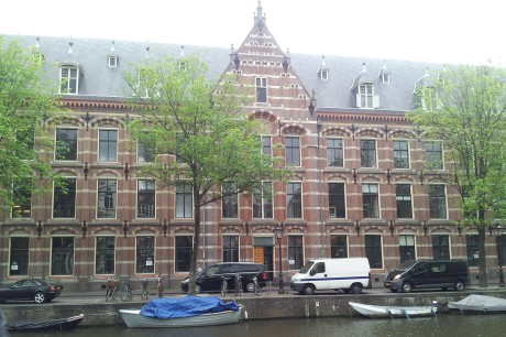 The Dutch East India Company (VOC), founded in 1602, used to be housed in this building. It was the most powerful company of its time, until the second half of the 1700s, when it all started to go downhill. By the turn of the 19th century, the company had collapsed due to bankruptcy. It was the first global corporation to grow, innovate, become über-wealthy, get greedy, overreach, and collapse in spectacular fashion. One of its greatest pitfalls was heavy involvement in the slave trade. You would think we might have learned something from this example, but apparently not.
